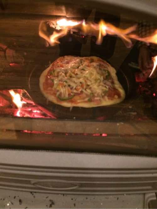 薪ストーブでピザ